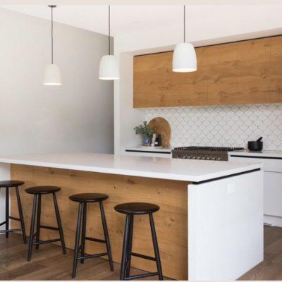 Cucine bianche: lo stile moderno accosta il legno